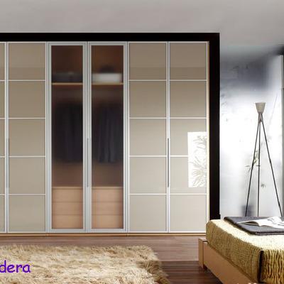 Armario con puertas de vidrio lacado