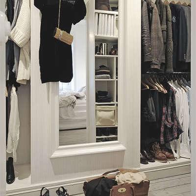 armario con vestido colgado