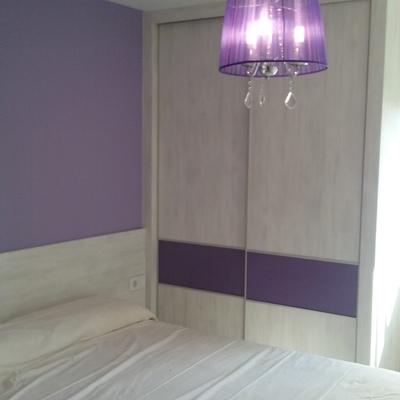 Armario con puertas correderas, faja de cristal lacobel lila y cabezal laminado en blanco nevado, Valencia