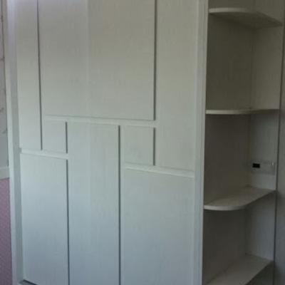 Armario a medida, lacado en blanco, con diseño en puertas correderas