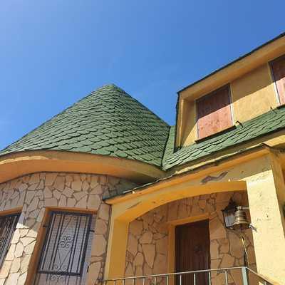 Proyección en techado de vivienda unifamiliar a los cuatro vientos.