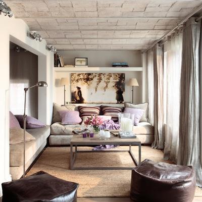 Un apartamento gris y malva con techo abovedado
