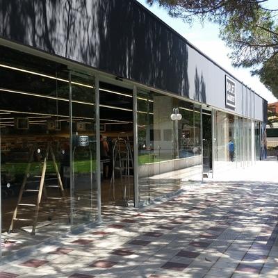 Fachada de cristal y puertas automáticas en supermercado de Torroella de Montgri