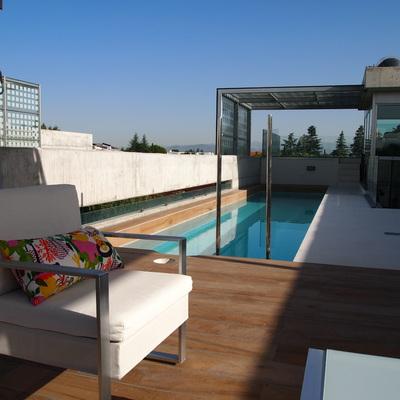 Una piscina moderna en una azotea de Madrid