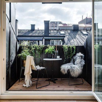 Mix de estilos en un ático con una pared industrial de vidrio