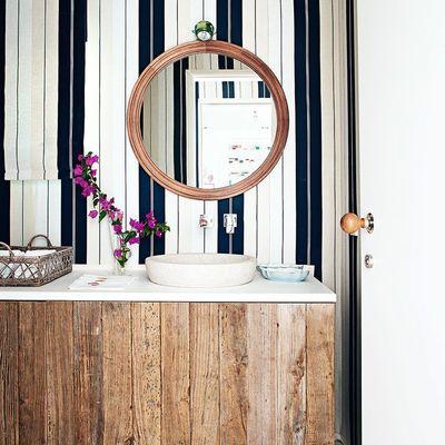 Balo con papel pintado y mueble a medida de madera