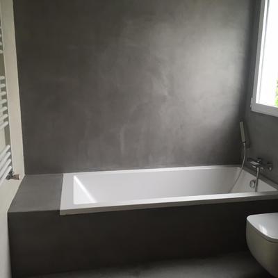 Bañera y pared de baño en microcemento