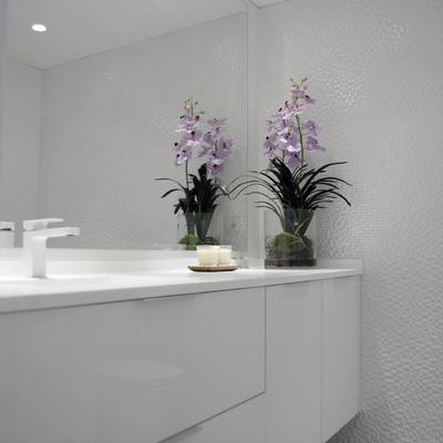 Una vivienda minimalista en tonos blancos