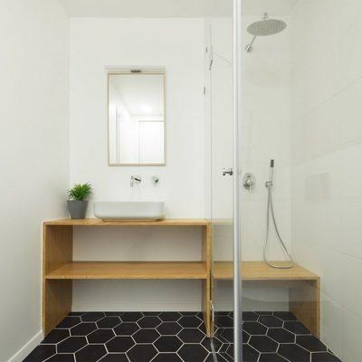 Baño con seulo de baldosa hexagonal