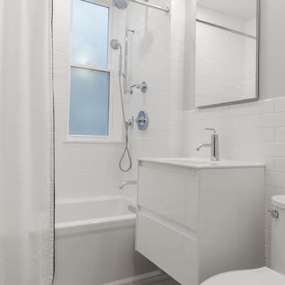 5 pasos para actualizar un baño antiguo y oscuro