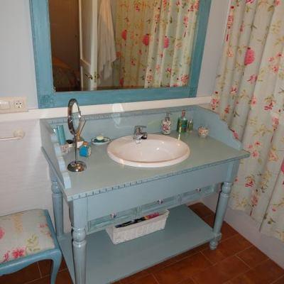 Baño azul y espejo