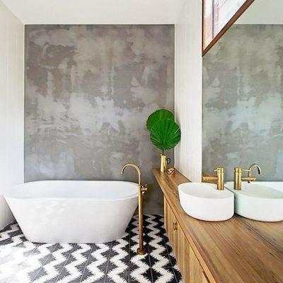 Baño con bañera exenta y grifos dorados
