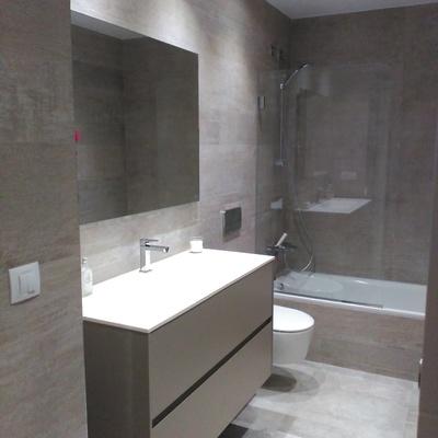 baño con bañera terminado