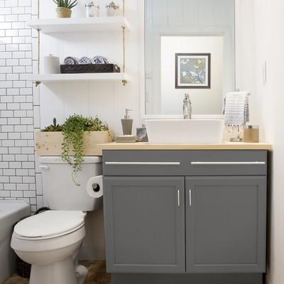 baño con estantería colgante