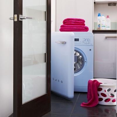Baño con lavadora vintage smeg