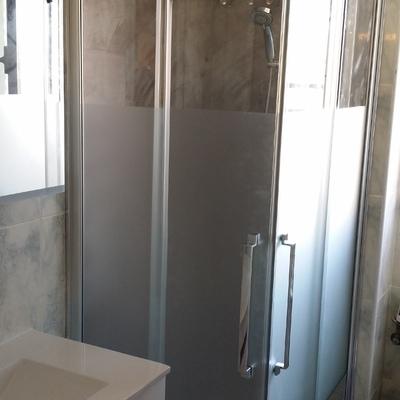 Baño con panel decorativo