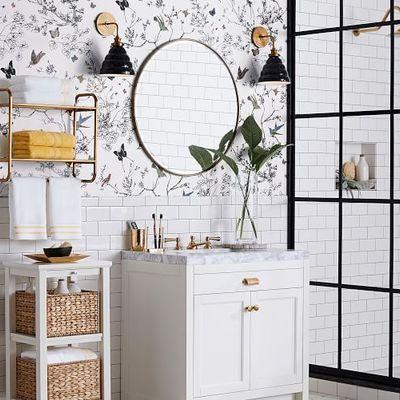 Baño con papel pintado floral