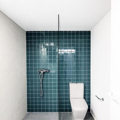 Baño con pared de azulejos
