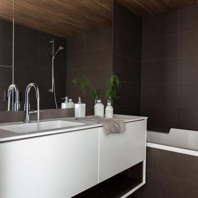 baño con revestimiento de baldosa