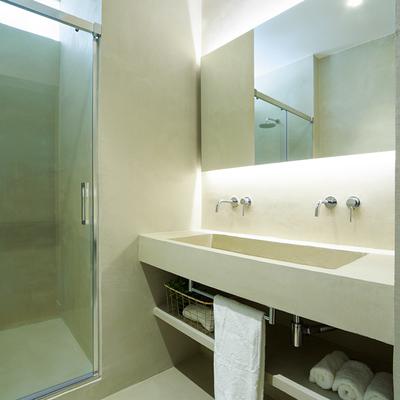 baño con revestimiento de cemento