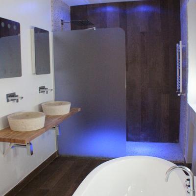 Baño dormitorio principal, ducha, revestimientos,suelo de piedra canto rodado, luz led