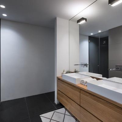 baño en blanco, gris y roble