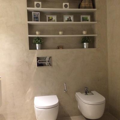Baño en microcemento con sanitarios suspendidos