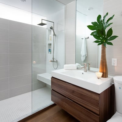 Los 7 trucos de un decorador para que tu baño pequeño parezca de lujo