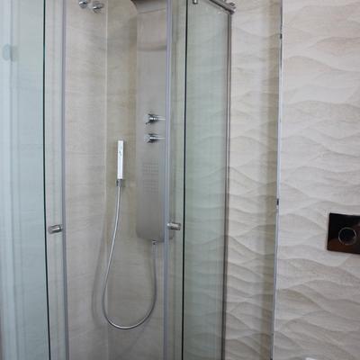 Baño invitados, revestimiento, ducha, sanitario suspendido
