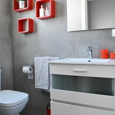 Baño microcemento estante rojo