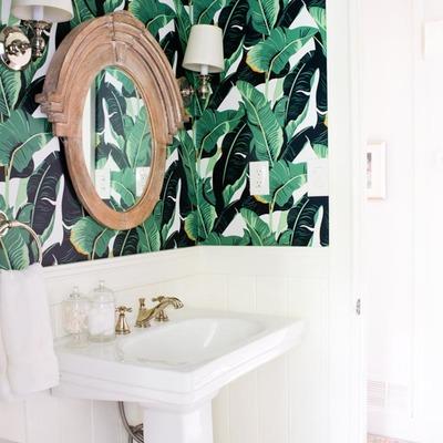 baño pequeño con friso de madera y motivos tropicales