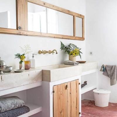 baño rústico con piezas recicladas