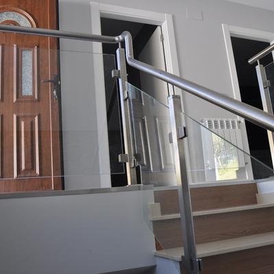 Barandillas de acero inoxidable interiores y exteriores.
