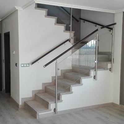 Trabajo de montaje de tarima, puertas, forrado de escalera y barandillas