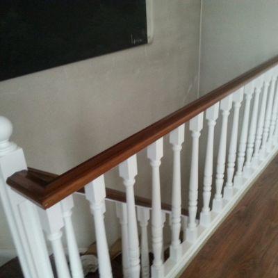 Escalera a dos colores, pasamanos, peldaños barnizados, balaustrada y fondo de escalera en blanco, Vizcaya