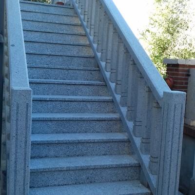 Escalera, barandilla y solado en granito gris parga