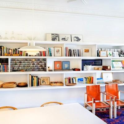 Biblioteca con estantería de obra