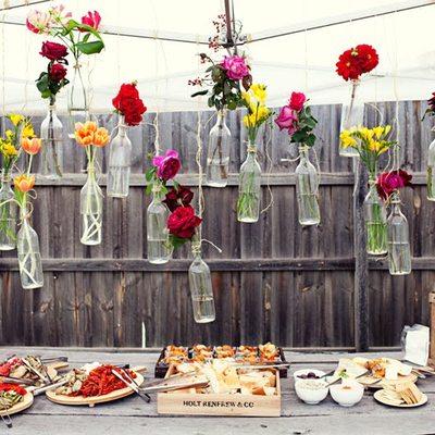 botellas con flores terraza