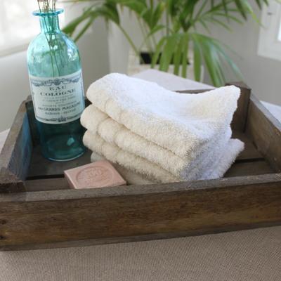 Cajas de madera estilo vintage en el baño