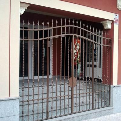 Puerta cancela fabricada en hierro forjado