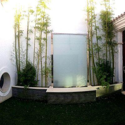 cascada en patio moderna acero y cristal