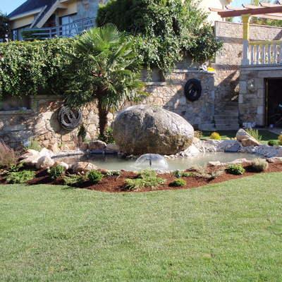 Cascadas y fuentes en el jardín