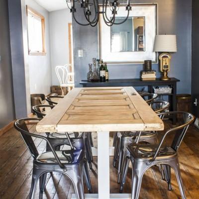 Mesas hechas con puertas antiguas: ¡original lo mires como lo mires!