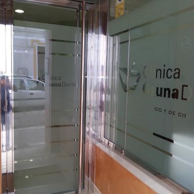 Puerta de entrada y escaparate en acero inoxidable y vidrio de seguridad en Osuna