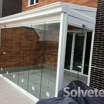 Instalación de un cerramiento de techo móvil en un porche de Madrid