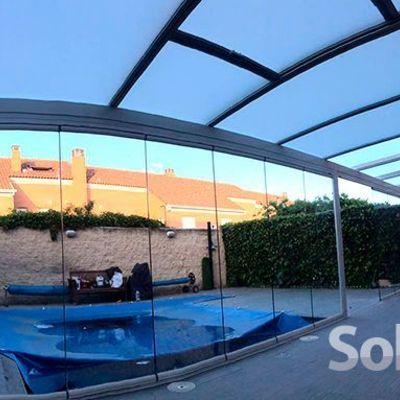 Combinación de techo fijo y móvil en un porche de Madrid