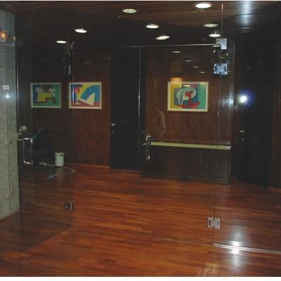 Cerramiento de vidrio de puertas abatibles con montantes fijos