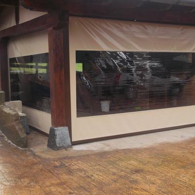 Cerramiento con toldos verticales con guías y ventana