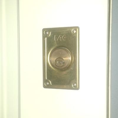 Apertura de puertas en instalación de cerradura adicional