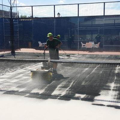 instalación de césped artificial en pista de padel